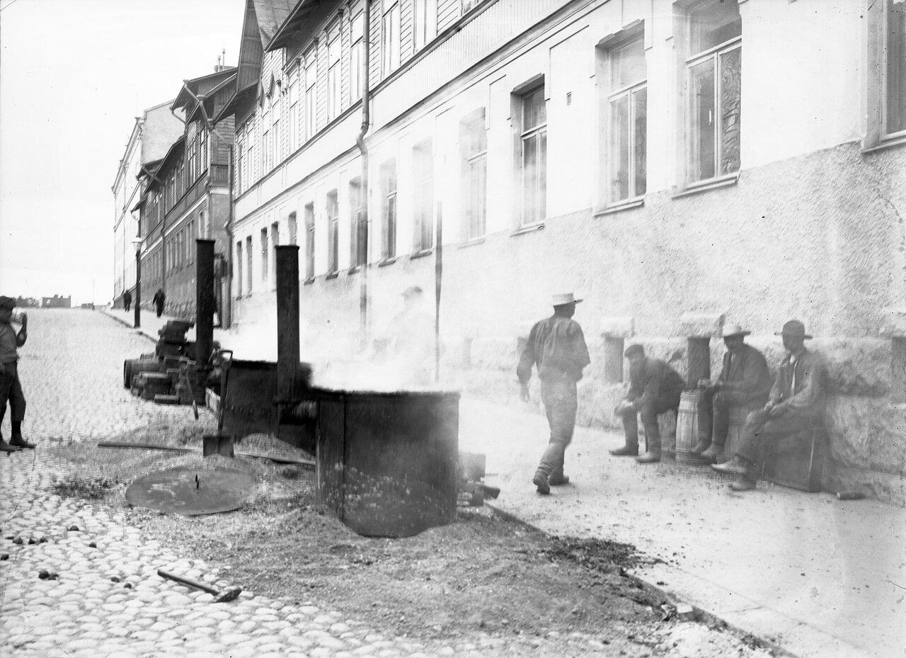 Рабочие на улице. 1900