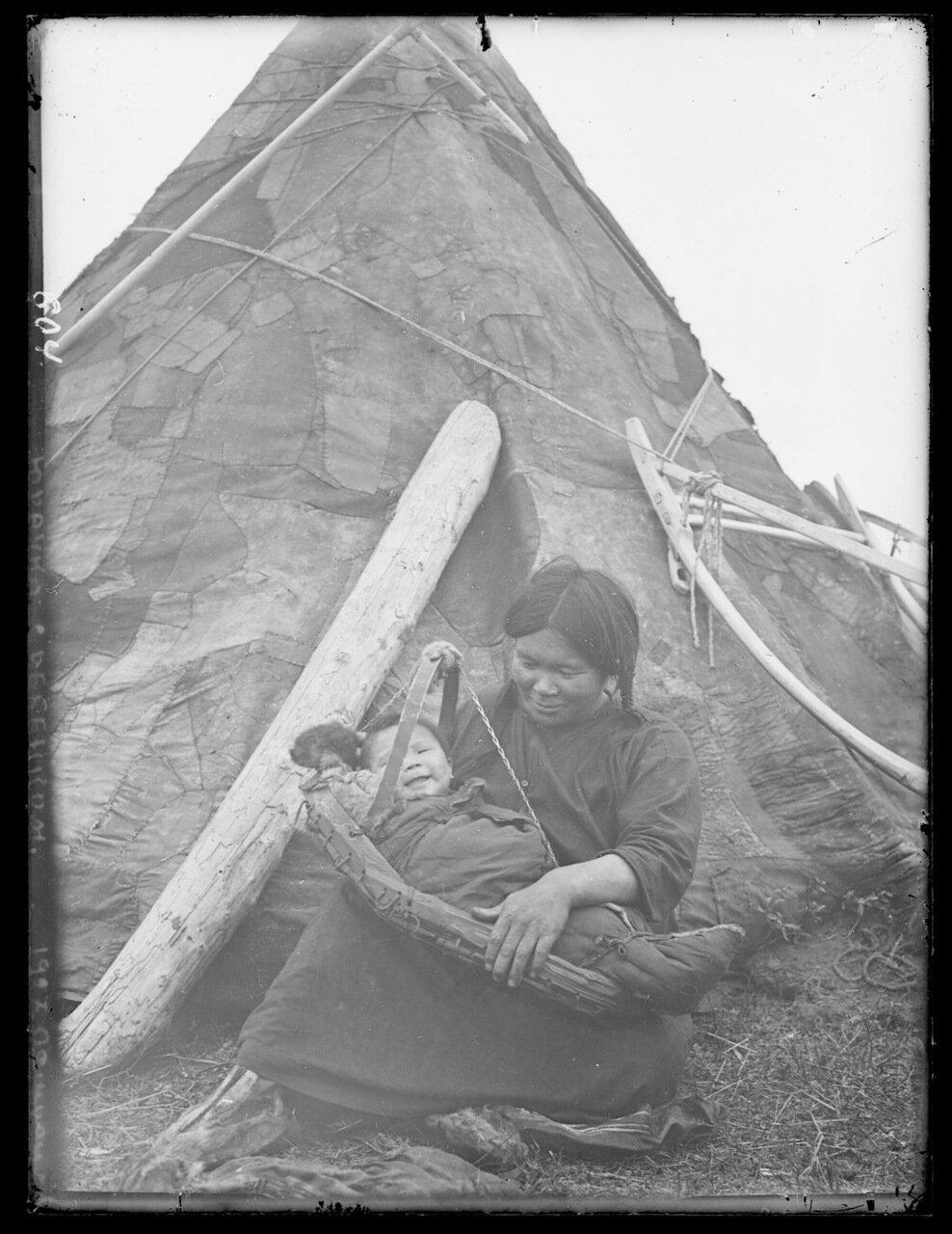 1927. Ненецкая женщина с ребенком