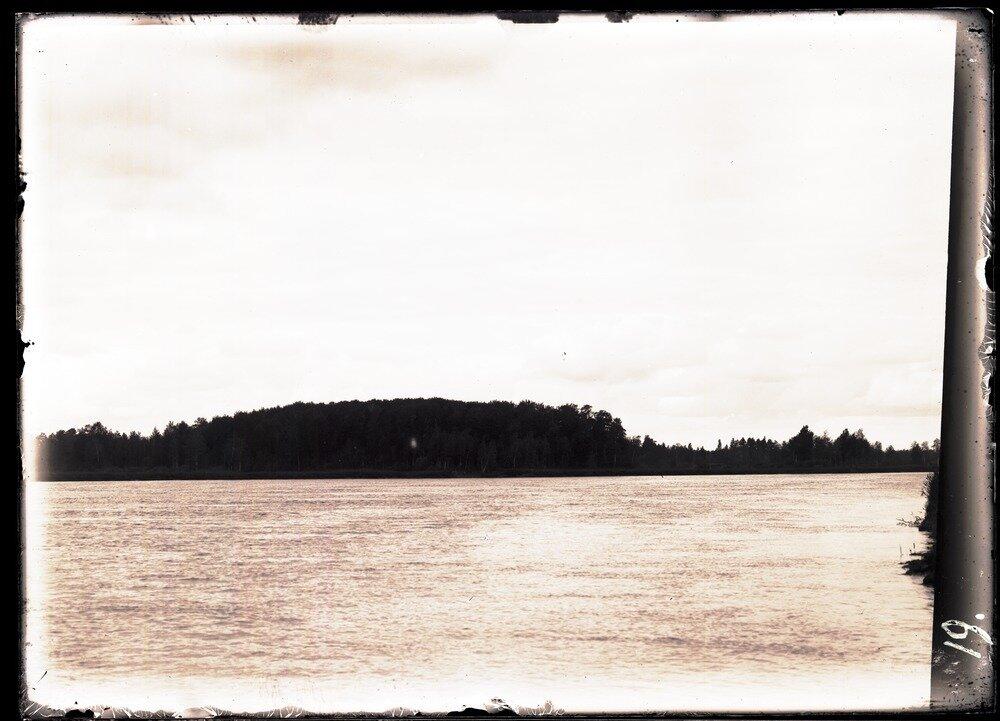 Половинный остров на реке