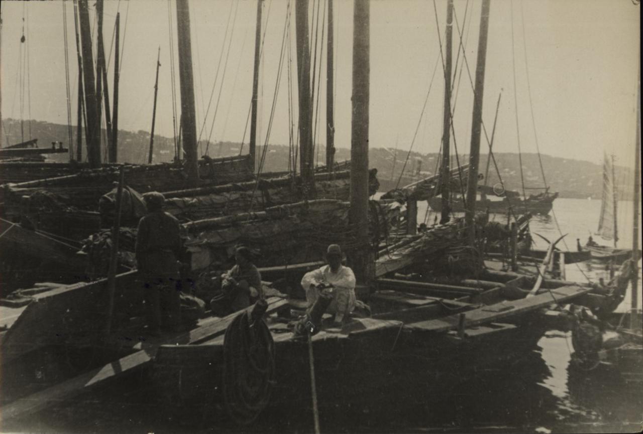 Во Владивостокском порту. Корейские рыбачьи лодки