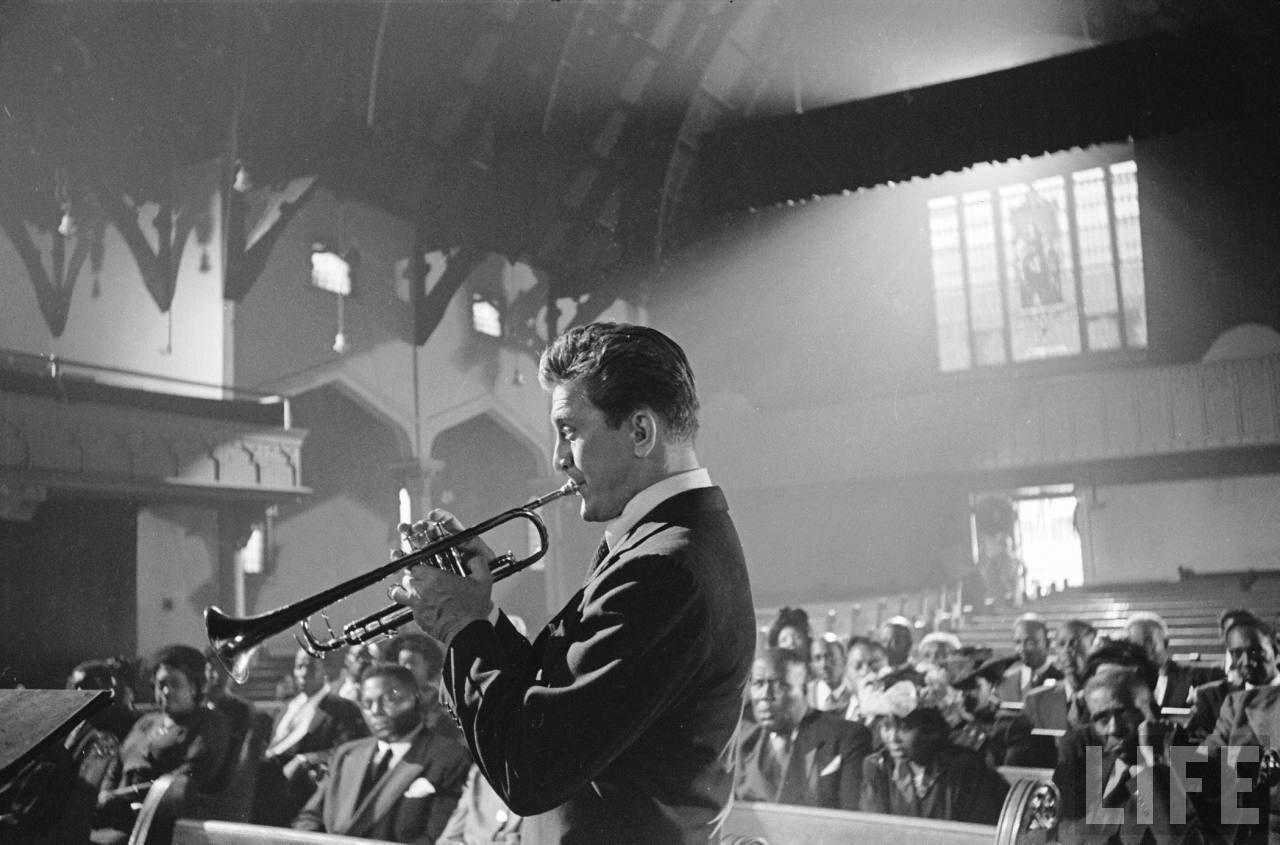 1950. Актер Кирк Дуглас играет на трубе