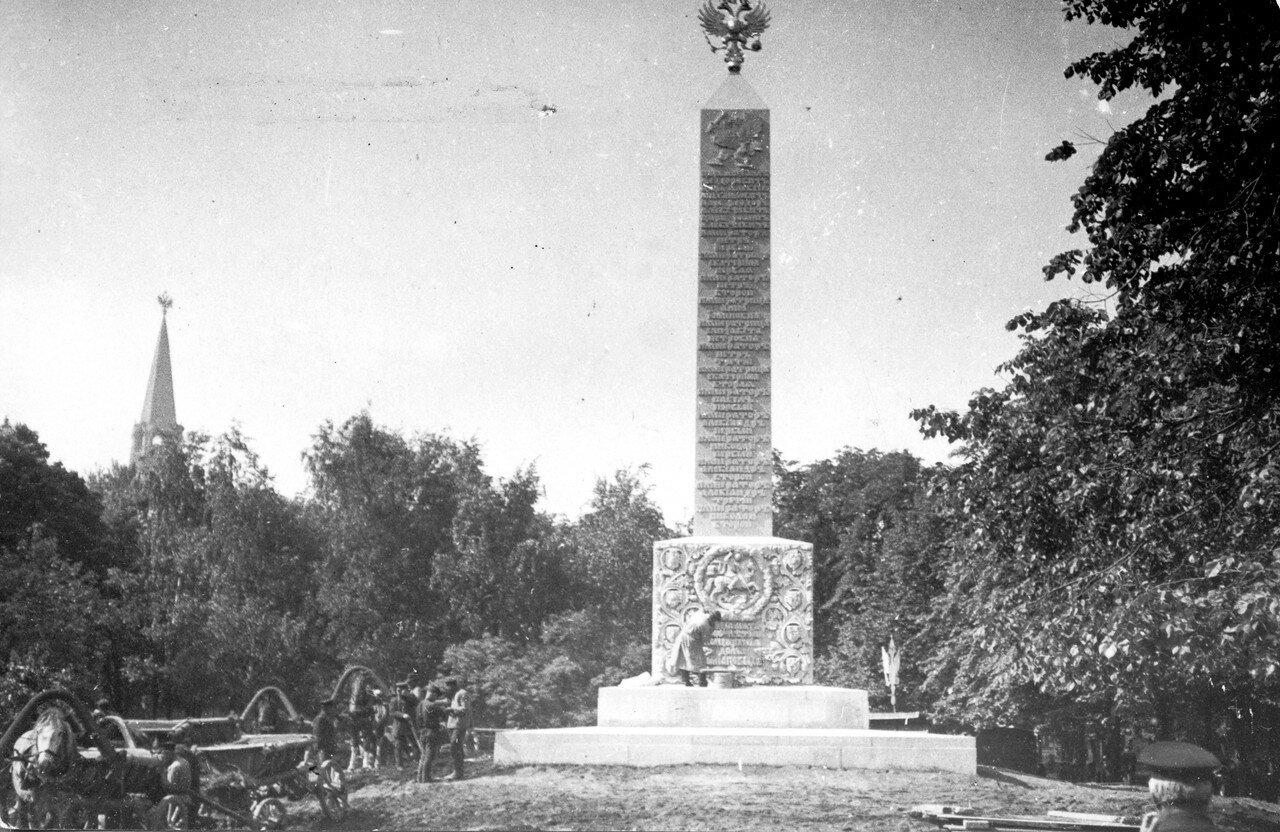 664. Создание Романовского обелиска в Александровском саду. 1914