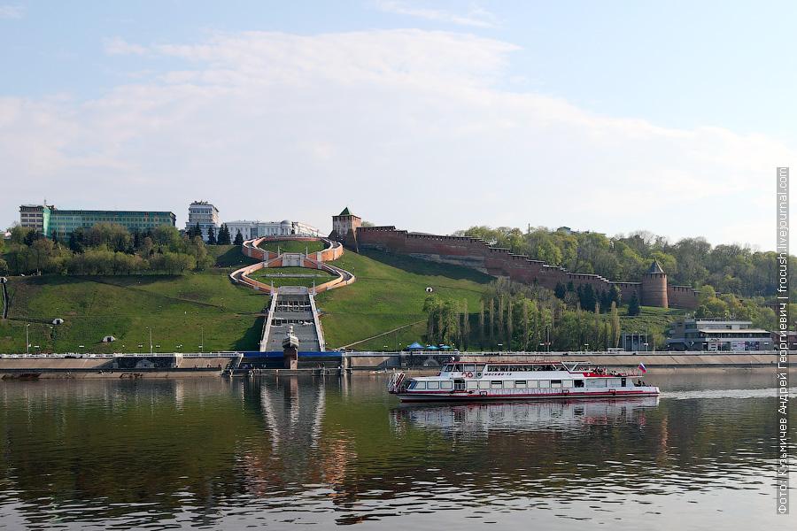 12 мая 2013 года 17:17. Теплоход «Москва-13» на фоне Чкаловской лестницы и Нижегородского кремля