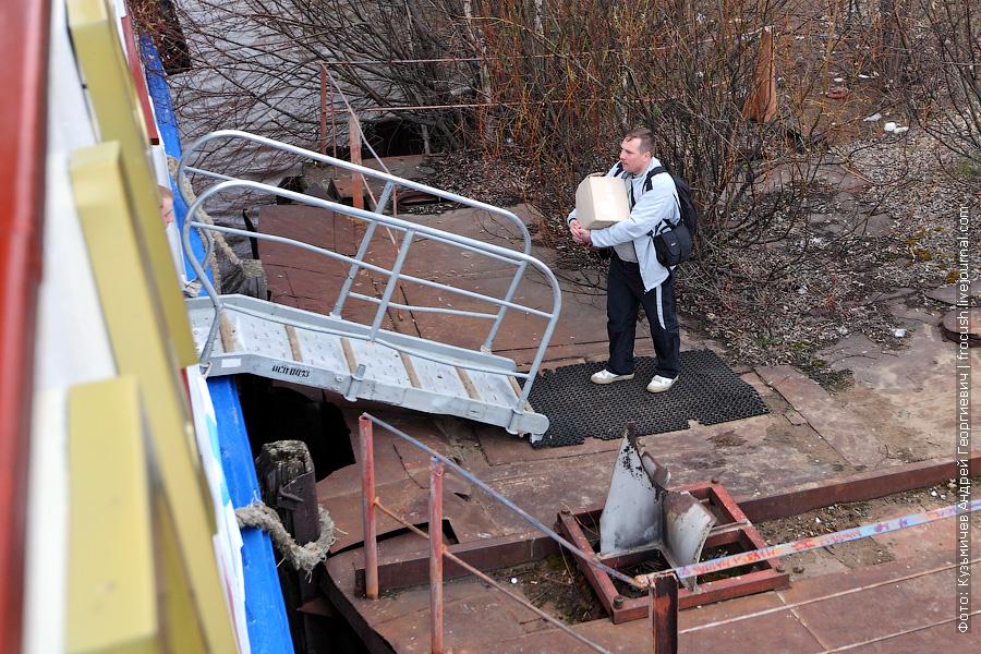 турист заносит на теплоход Василий Чапаев трофеи из Уржума
