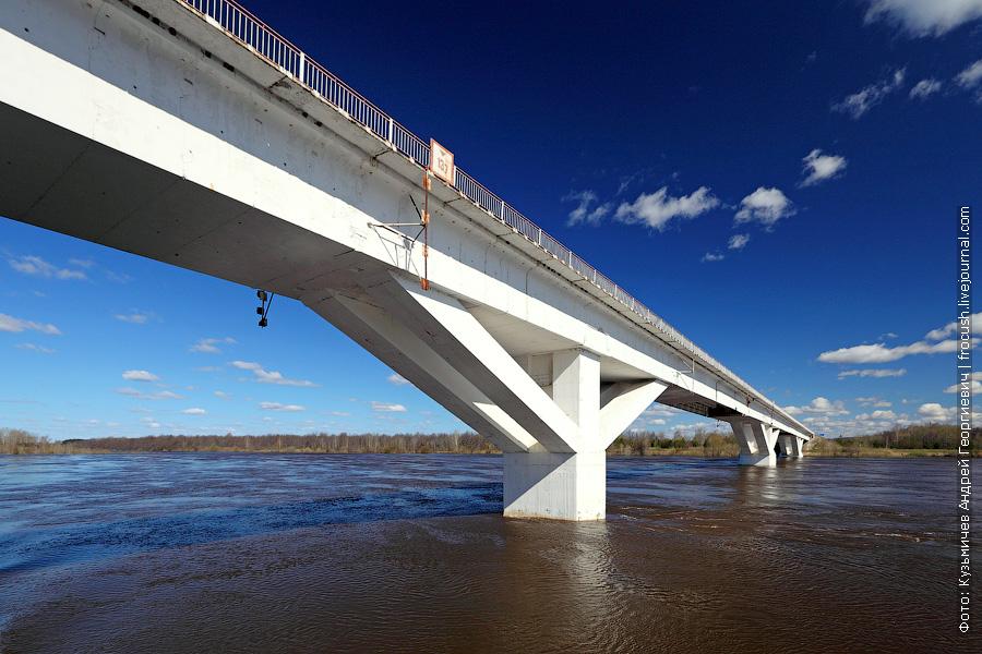 Автомобильный мост через реку Вятку, связывающий города Вятские Поляны и Сосновку