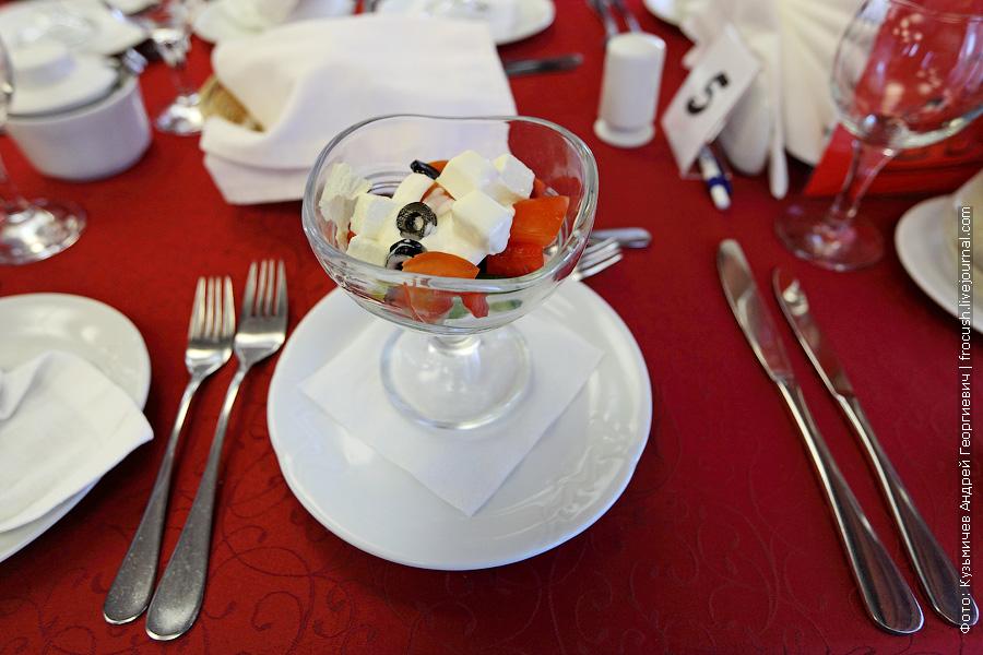 Салат «Фета» (помидор, огурец, перец болгарский, маслины, сыр фета, капуста пекинская)