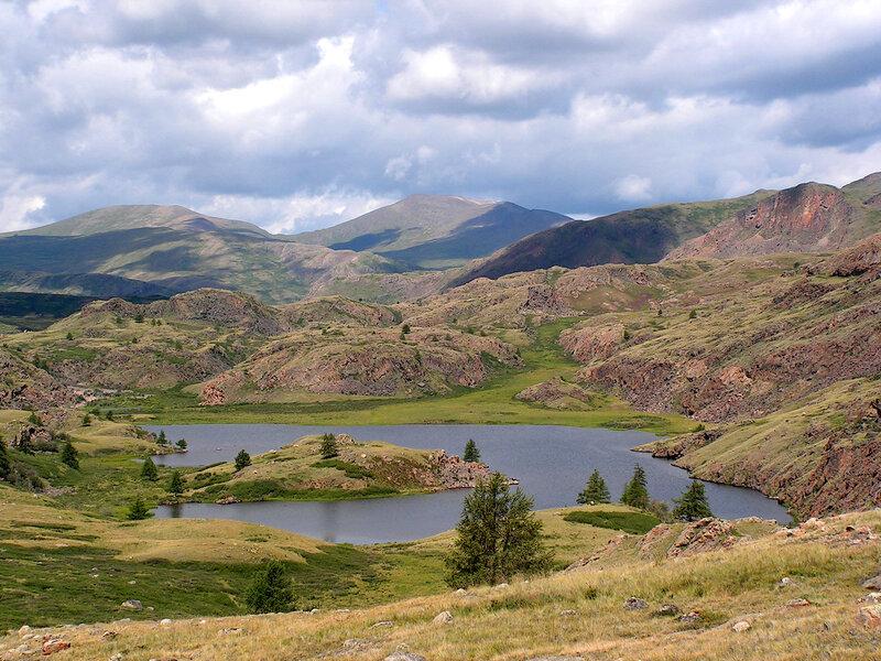 Озеро высоко в горах Алтая