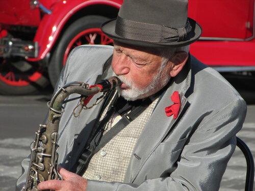 Старый саксофонист.