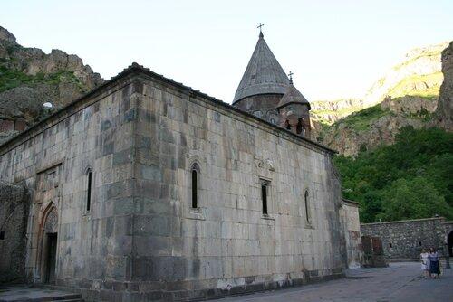 Гегард: четырехугольный притвор к церкви Катогике