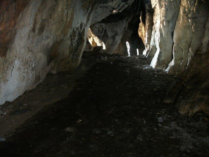 Пещера сложена из белого известняка (30.10.2013)