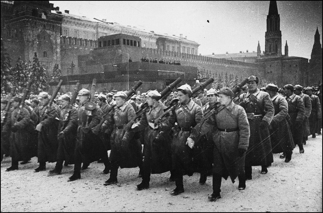 Парад на Красной площади 7 ноября 1941 года. Пулеметчики