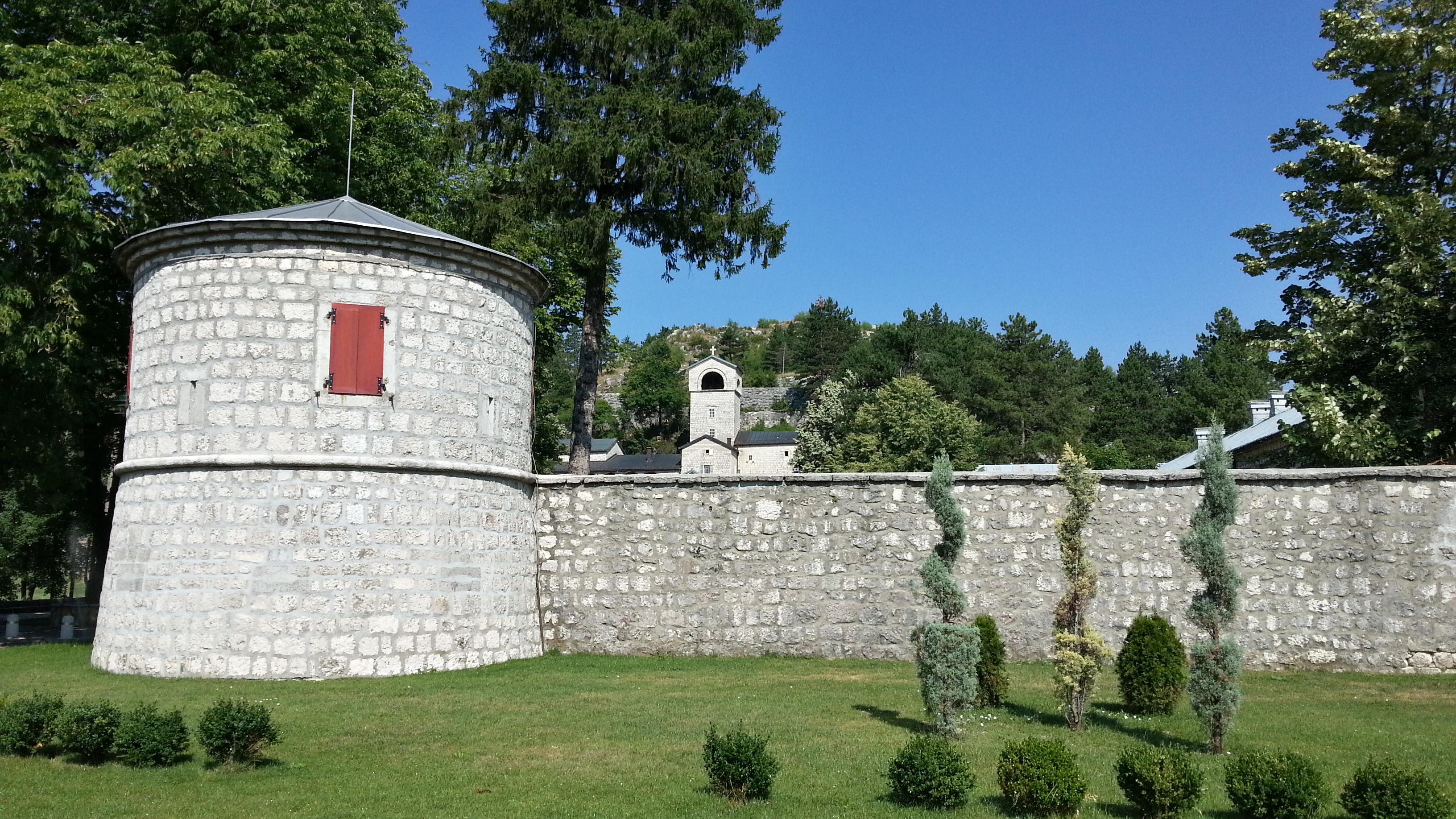 Цетине. Монастырская стена, а за ней колокольня церкви.