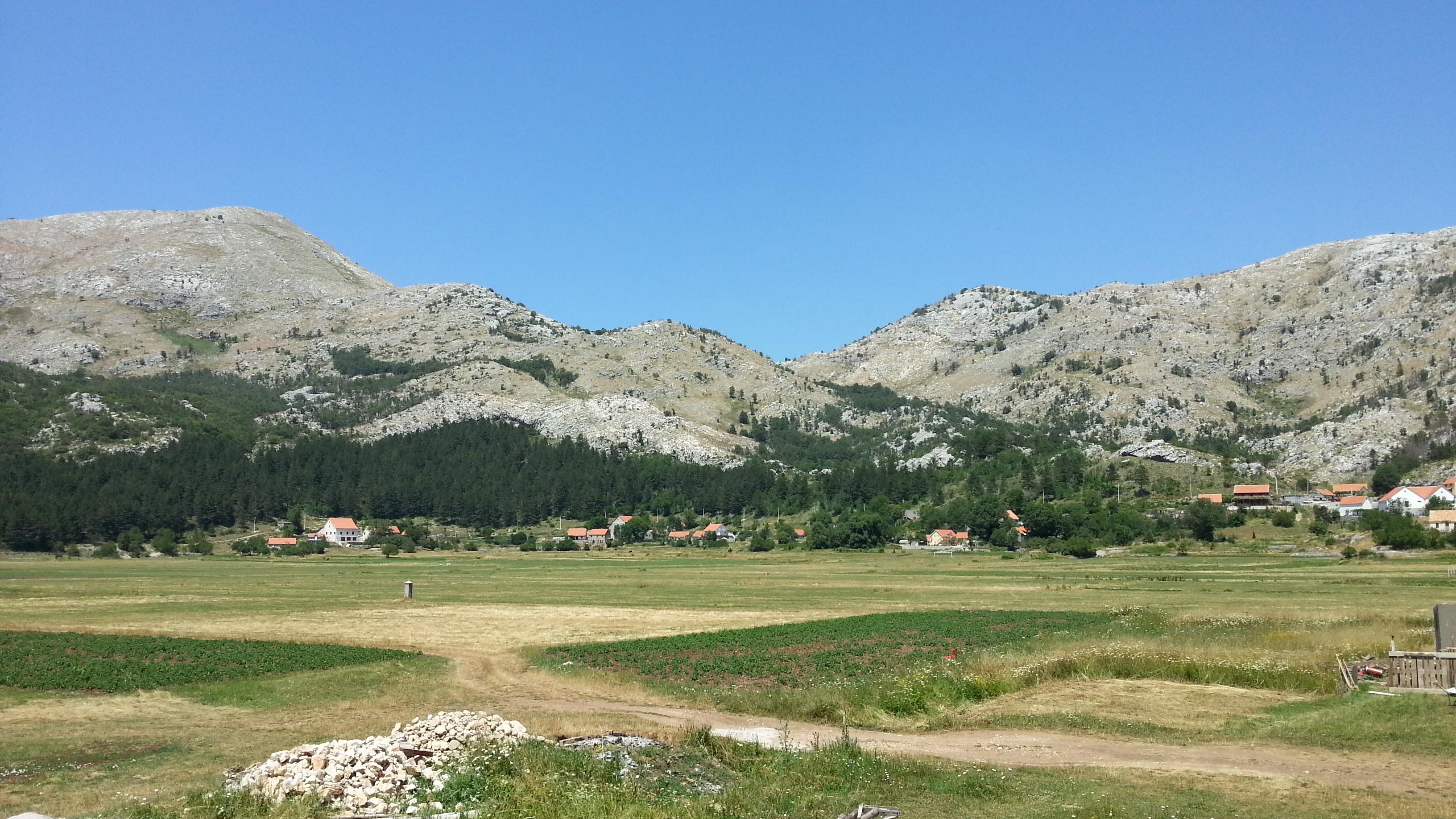 Обычный сельский пейзаж Черногории.