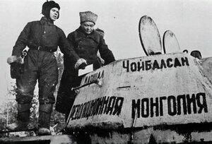 Председатель Совета Министров МНР Х. Чойбалсан передаёт танковую колонну «Революционная Монголия», построенную на средства монгольского народа, в дар Красной Армии в районе города Нарофоминска Московской области, 12 января 1943 г.