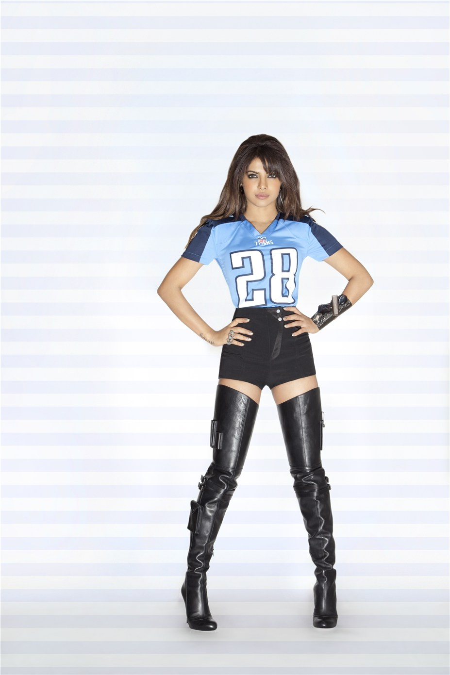 Priyanka Chopra / Приянка Чопра в униформе команды NFL Tennessee Titans / сезон 2013-14