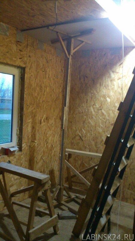 Половина листа ГКЛ готова для монтажа к потолку каркасного или деревянного дома