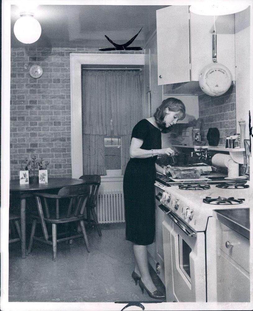 1959. Актриса Джули Харрис готовит на кухне