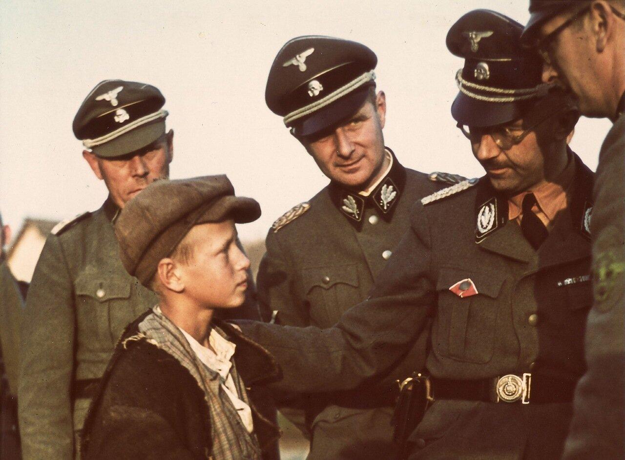 1941. Беларусь, рейхсфюрер СС Генрих Гиммлер беседует с мальчиком