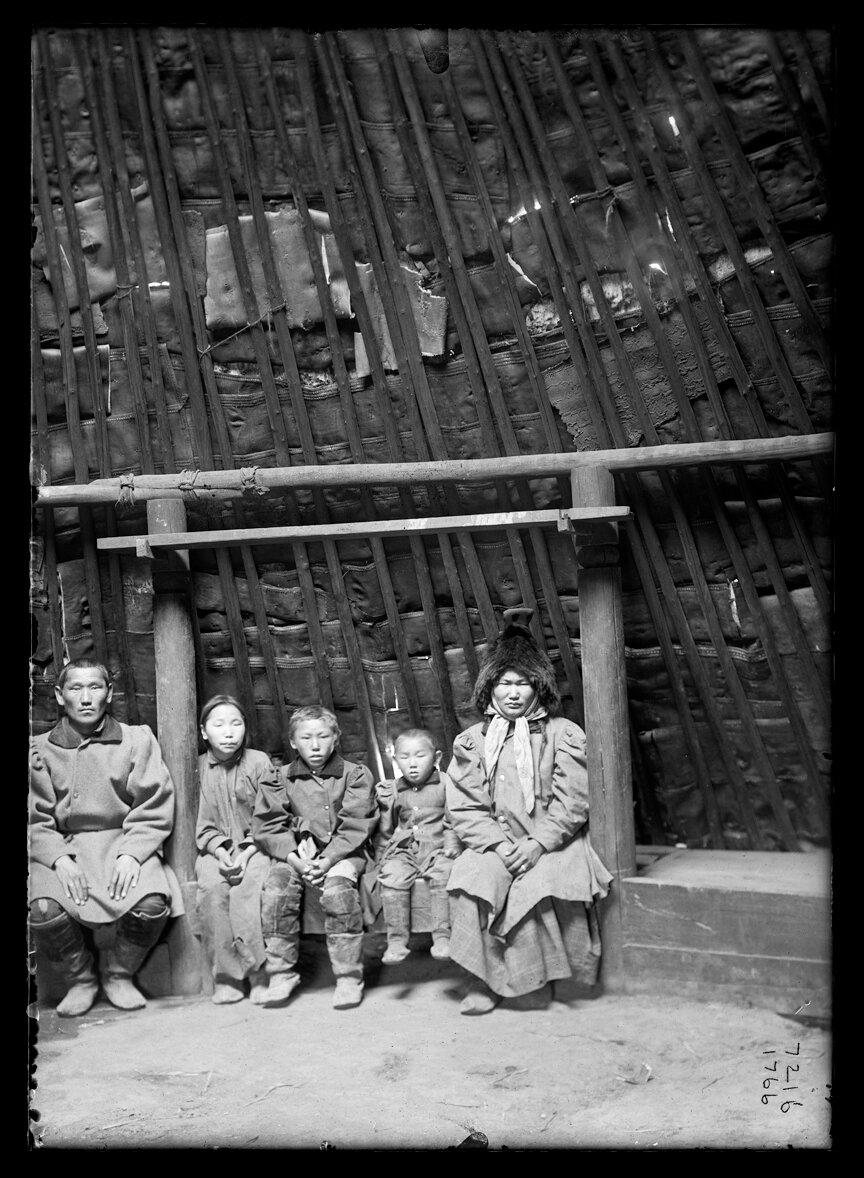 Интерьер летнего чума якутов. 1902