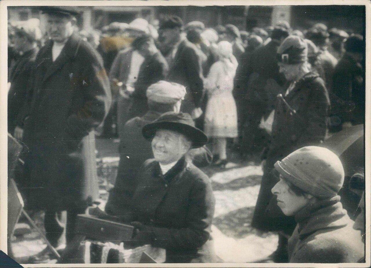 1920-е. Женщина на московском рынке продает свои фамильные драгоценности