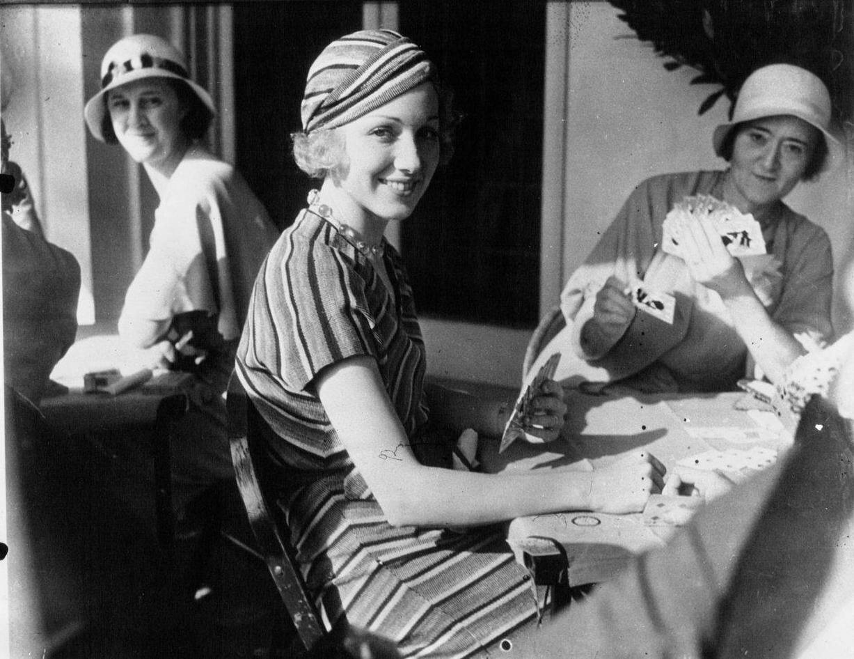 1932. Молодая звезда Лейла Хаймс, принимает участие в турнире, организованном Мэри Пикфорд в благотворительых целях