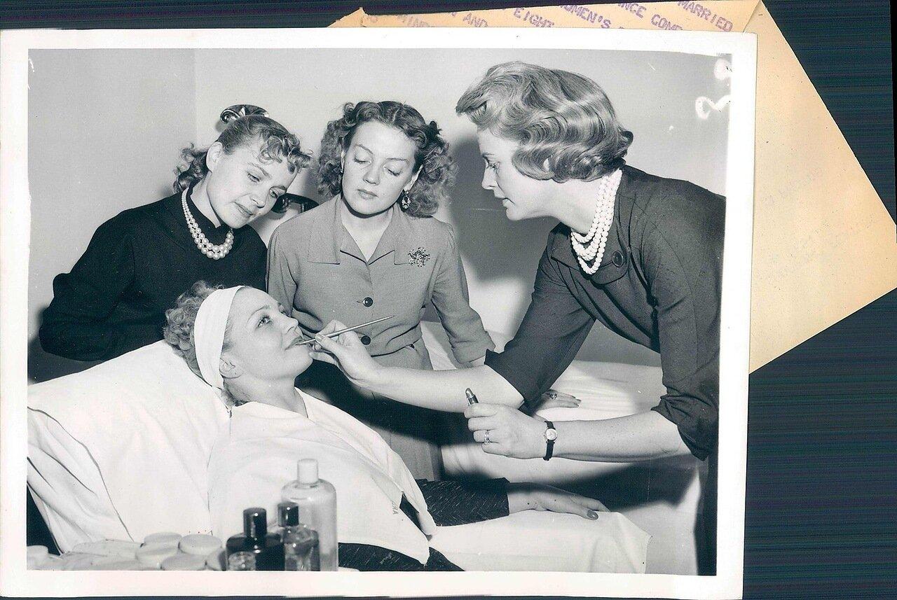 1958.Элизабет Арден проводит сеанс макияжа для русской балерины