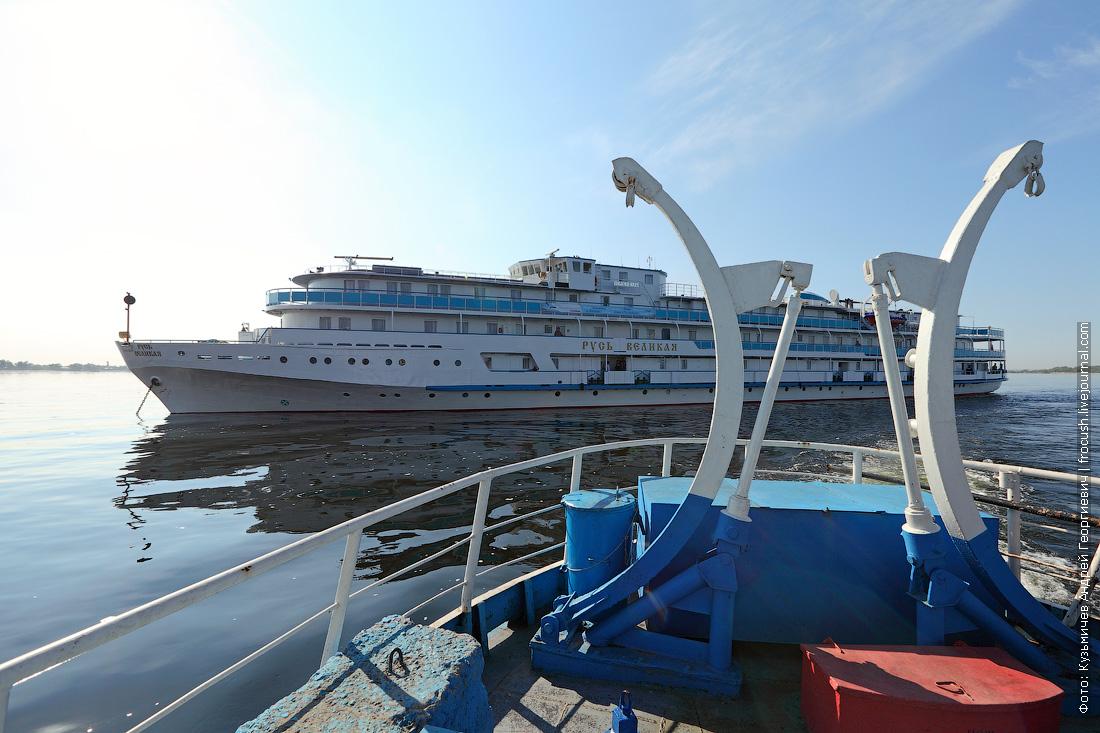 14 мая 2015 года, 8:12. Теплоход «Русь Великая» встает на пассажирском рейде Волгограда