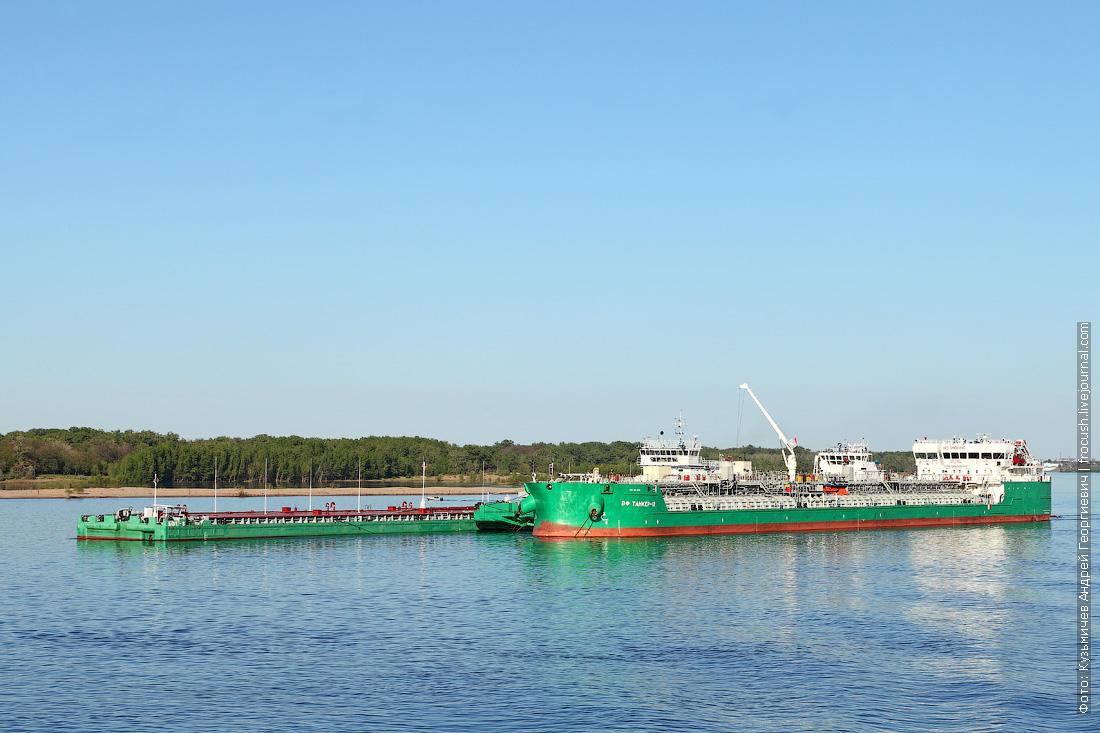 танкеры на рейде в Волгограде