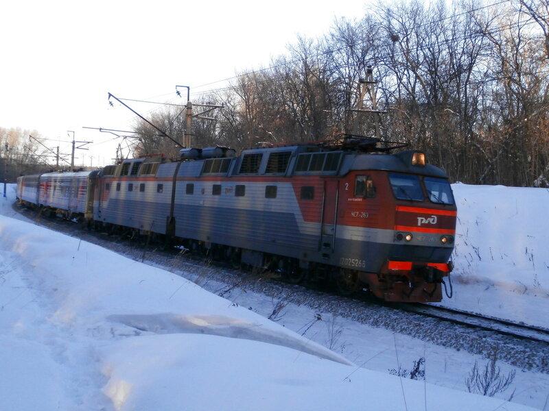 Электровоз ЧС7-263 с поездом № 121