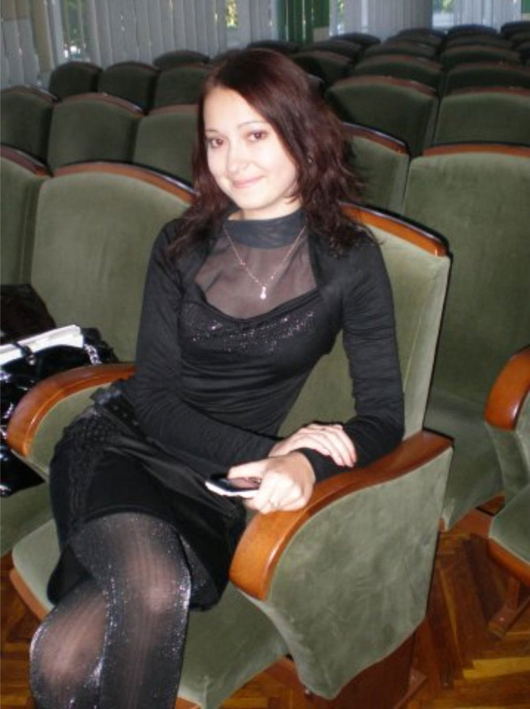 Нарядная девушка в черной водолазке