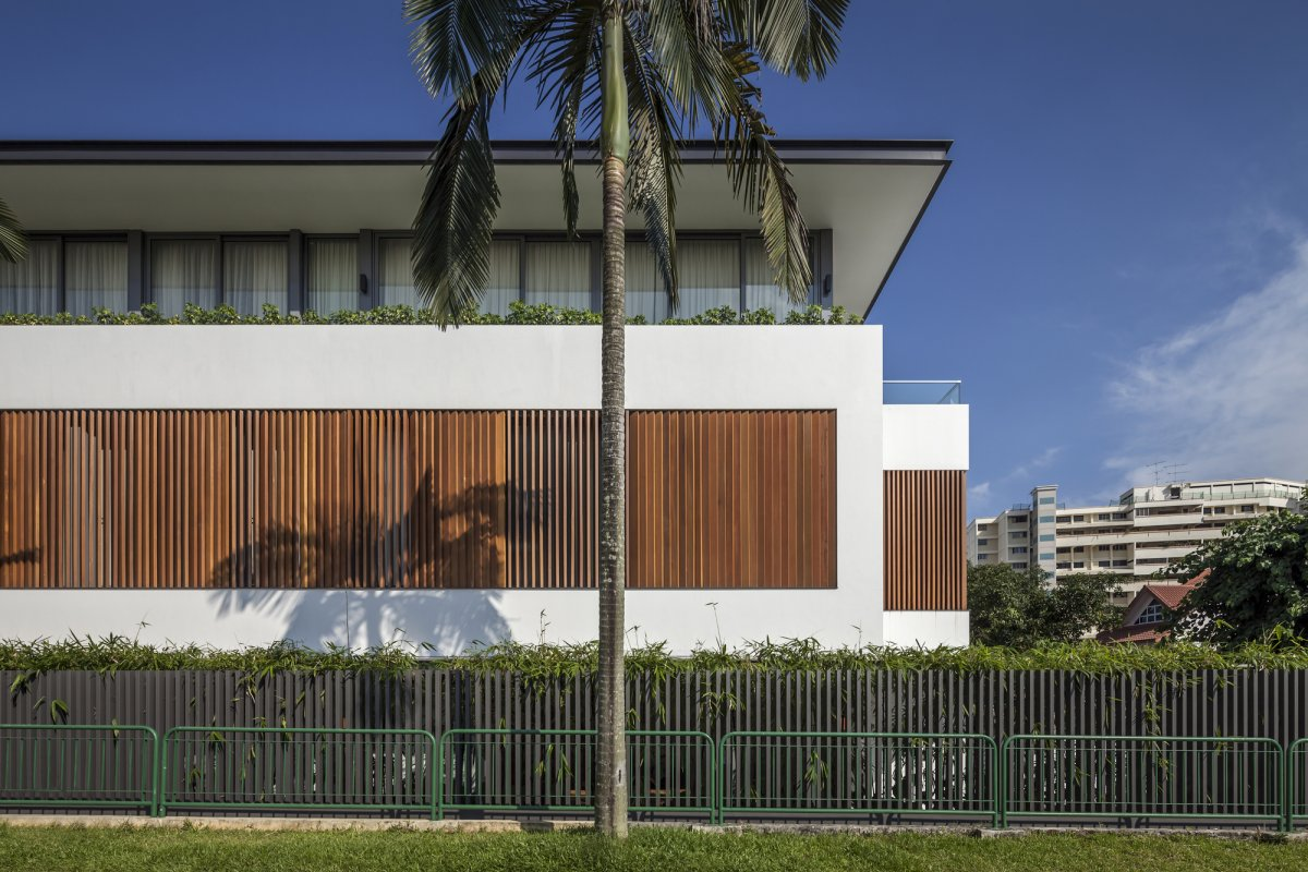 частный дом в Сингапуре, Wallflower Architecture, Sunny Side House, трехэтажный частный дом, деревянные ставни на окнах, большие окна в частном доме
