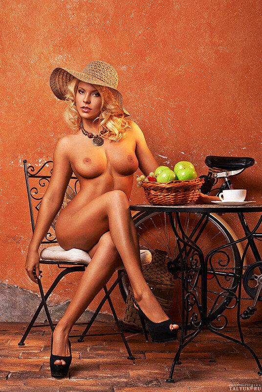 В ковбойской шляпе блондинку ебут