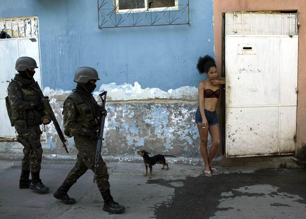 А я стою, чего-то жду: Бразильская красотка не первой свежести и полицейский патруль