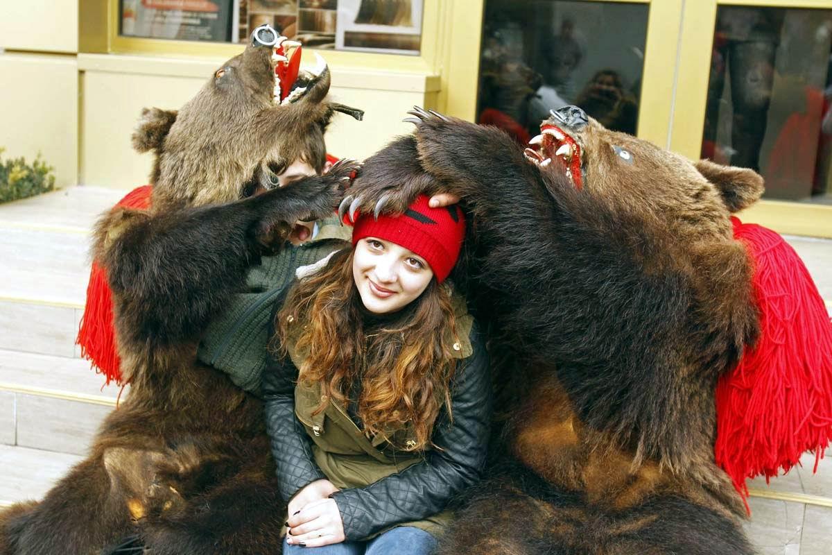 Озверевшие создания: Румынская девушка в окружении полудиких медведей