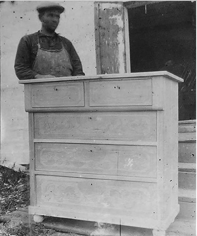 Заключенный, работающий в мебельных мастерских. Ново-Ивановское отделение Сиблага. Фото 1940-х