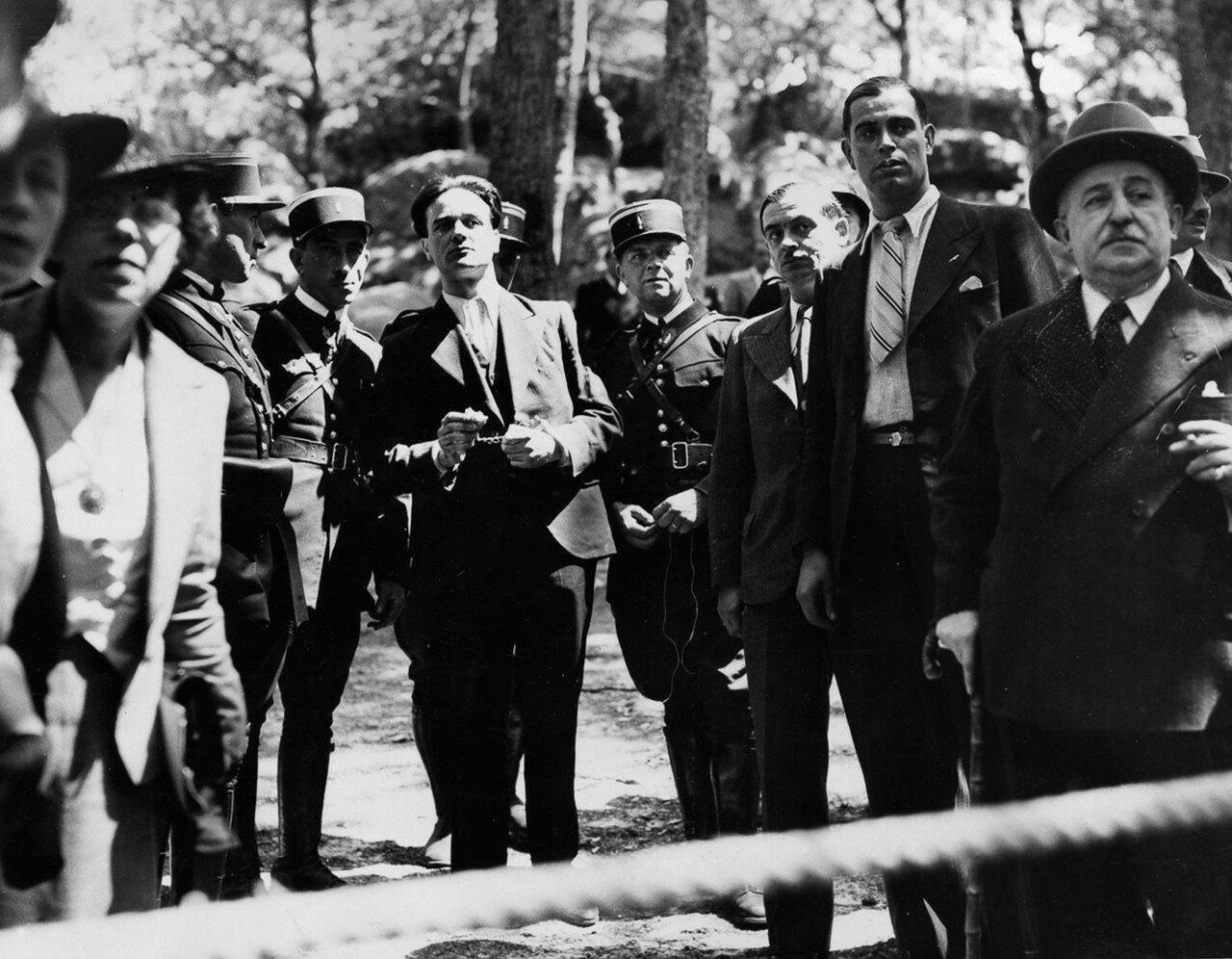 24. Ойген Вейдман показывает полиции пещеру в лесу Фонтенбло, где он убил Жанин Келлер