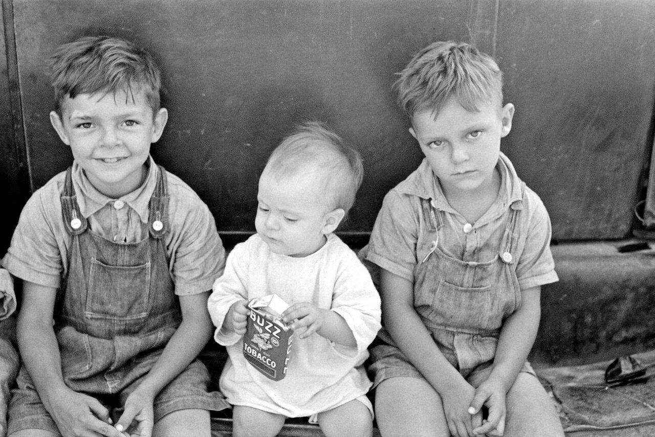 Дети поденщика, работающего в полях сахарного тростника около Новой Иберии, Луизиана, 1938