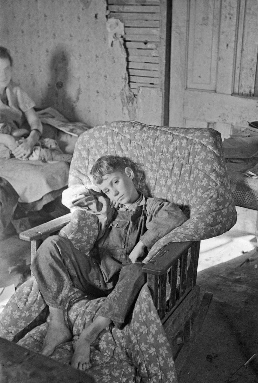 Один из детей Джона Скотта, оправляющийся от серьезного приступа пневмонии, Ринголд, Айова, 1937