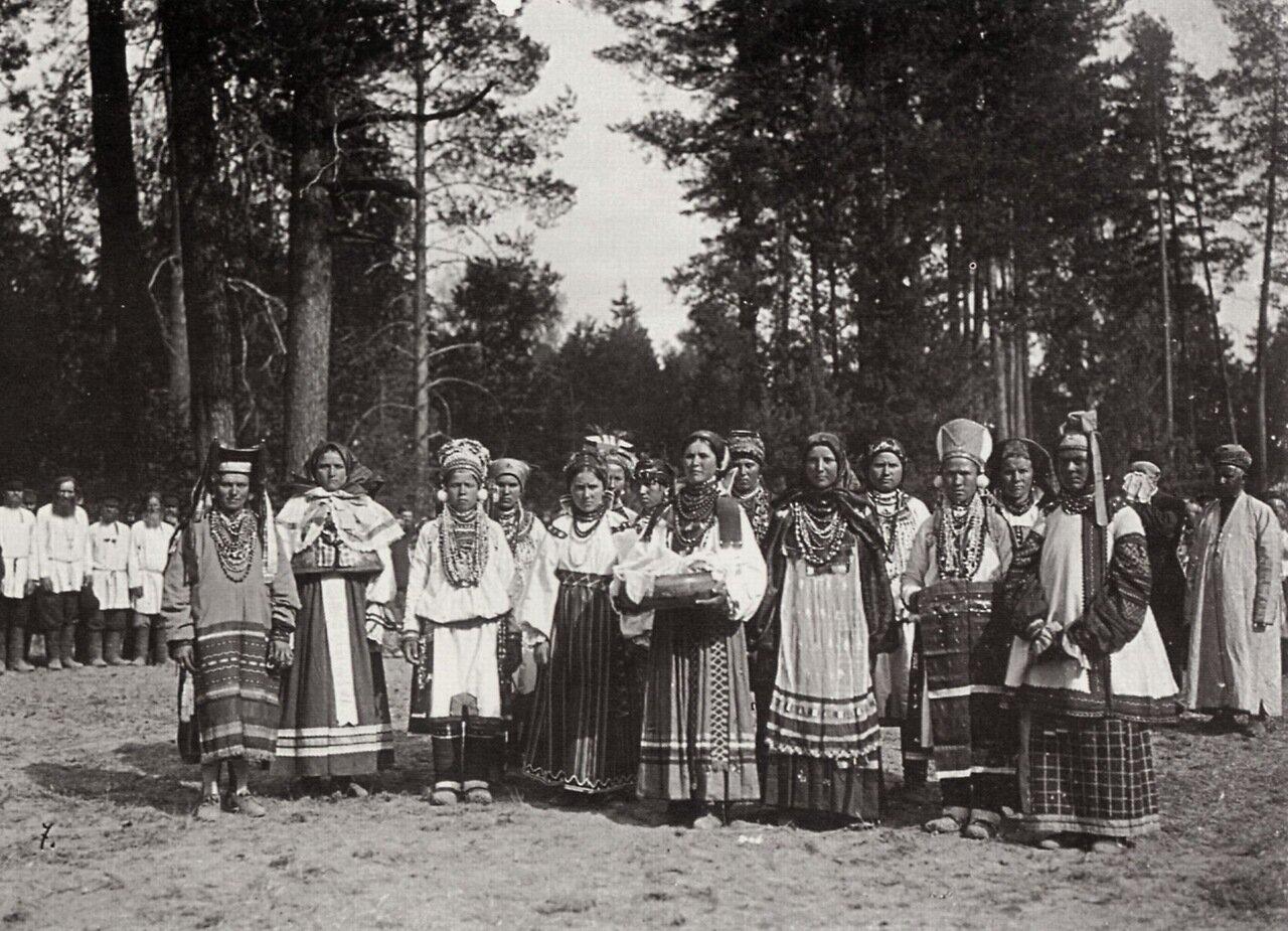 Женщины в национальных костюмах в ожидании прибытия императора. Саров, 1903
