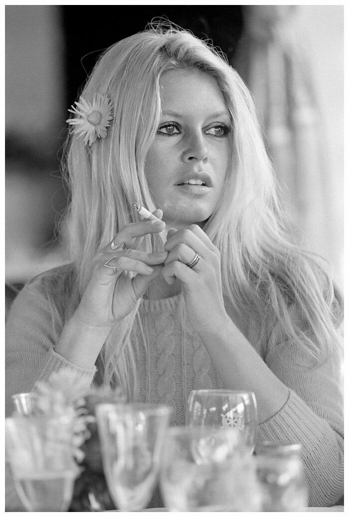 1968. Брижит Бардо с цветком в волосах на съемках «Шалако»