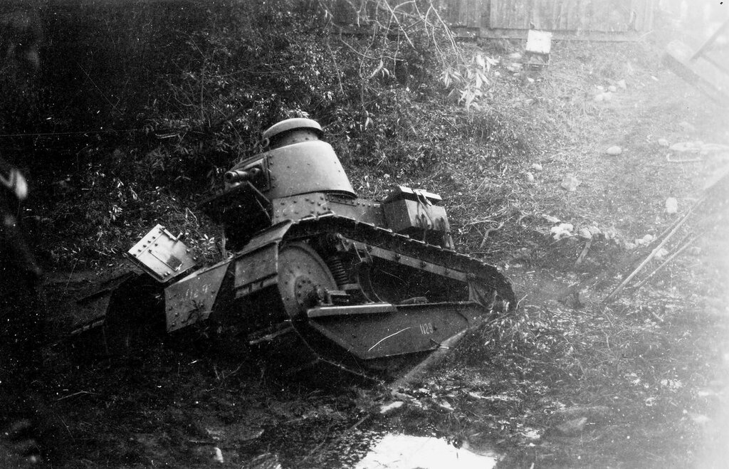 Увязший в грязи польский танк Renault FT-18 в Брест-Литовском.