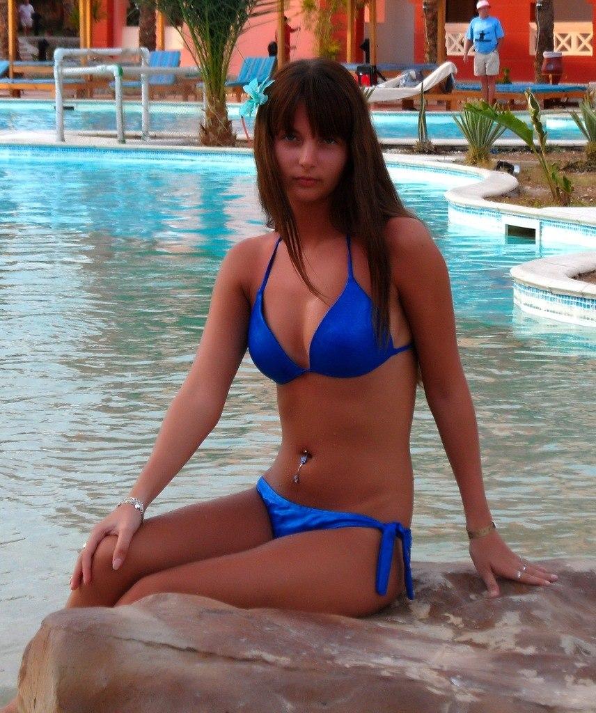 Девушка в купальнике возле бассейна