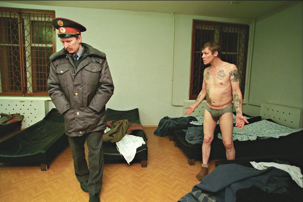 Начальница тюрьмы показывает охранникам стриптиз  435931