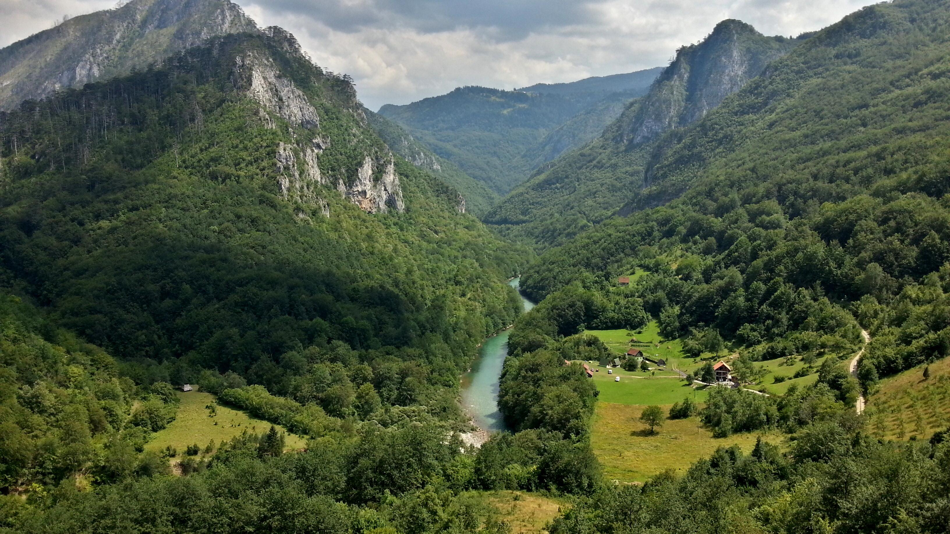Вид на каньон реки Тари и эко-деревню для отдыха.
