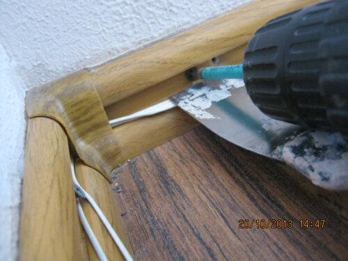 Чтобы при установке плинтуса не повредить провод, можно использовать шпатель.