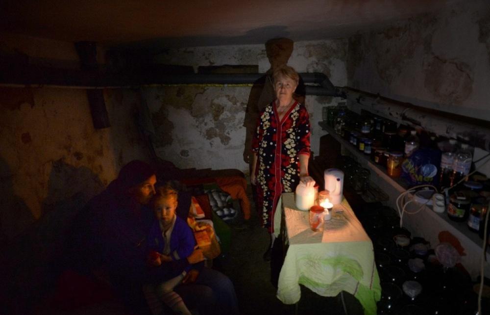1-2 июля 2014 - мирные жители прячутся от обстрела в подвалах домов.jpg