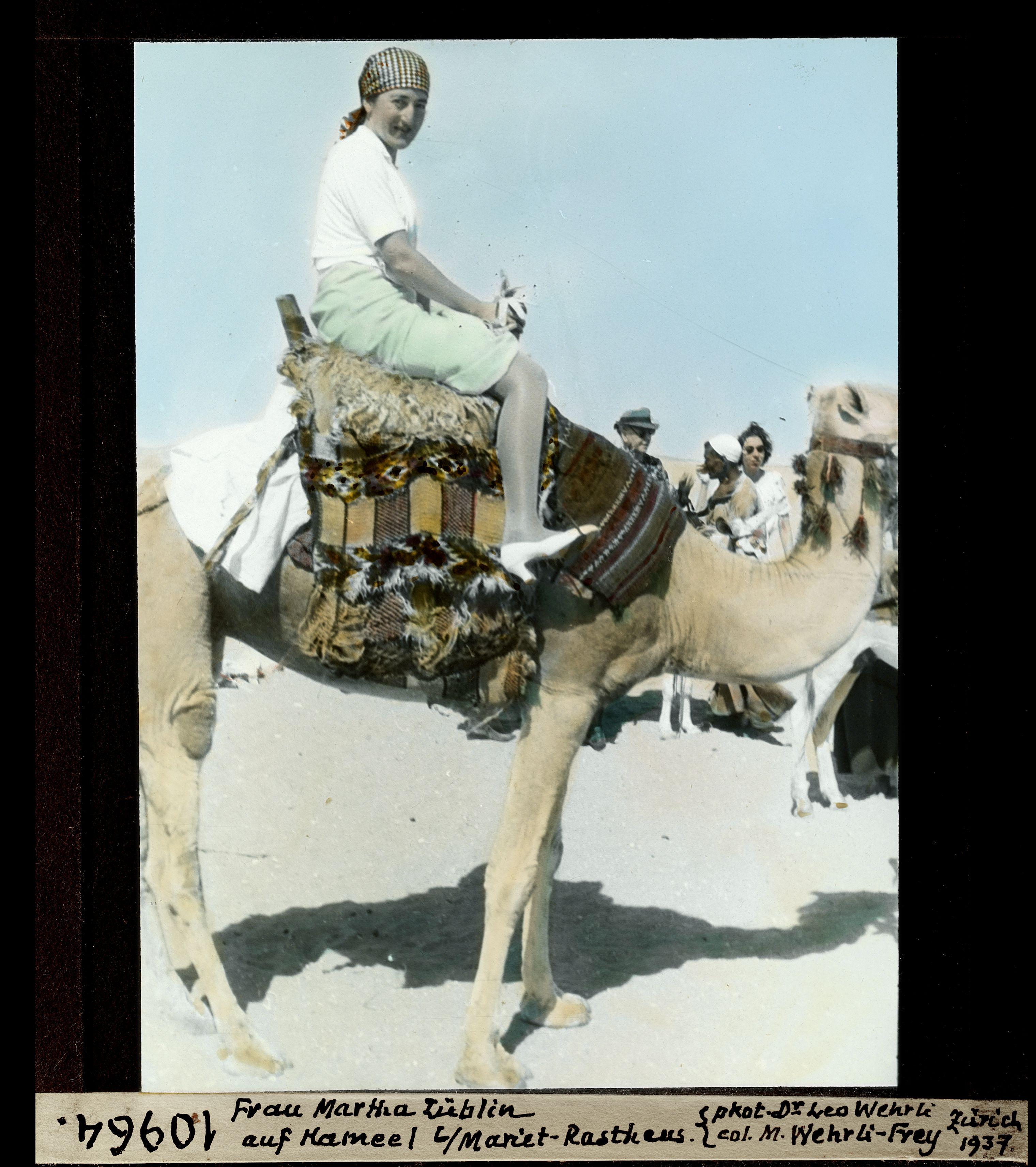 Фрау Марта Заблин на верблюде у отеля Мариет-паша