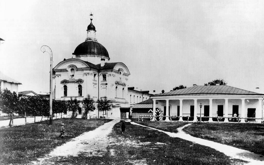 Путевой дворец, восточная сторона и гауптвахта. 1907