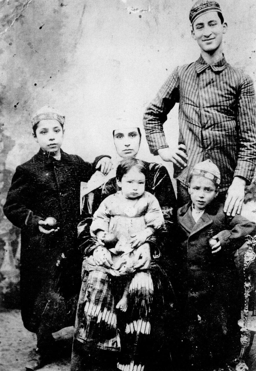 Залаякха Аминав с детьми, Ташкент, ок. 1910