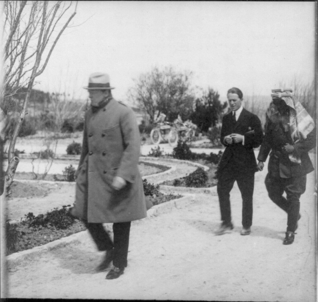 1921. Уинстон Черчилль, Томас Лоуренc и эмир Абдулла прогуливаются в саду дома Правительства во время секретной конференции в Иерусалиме